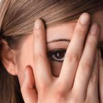 人の目が気になるアザコンな心理特徴7つと視線が怖くなくなる方法